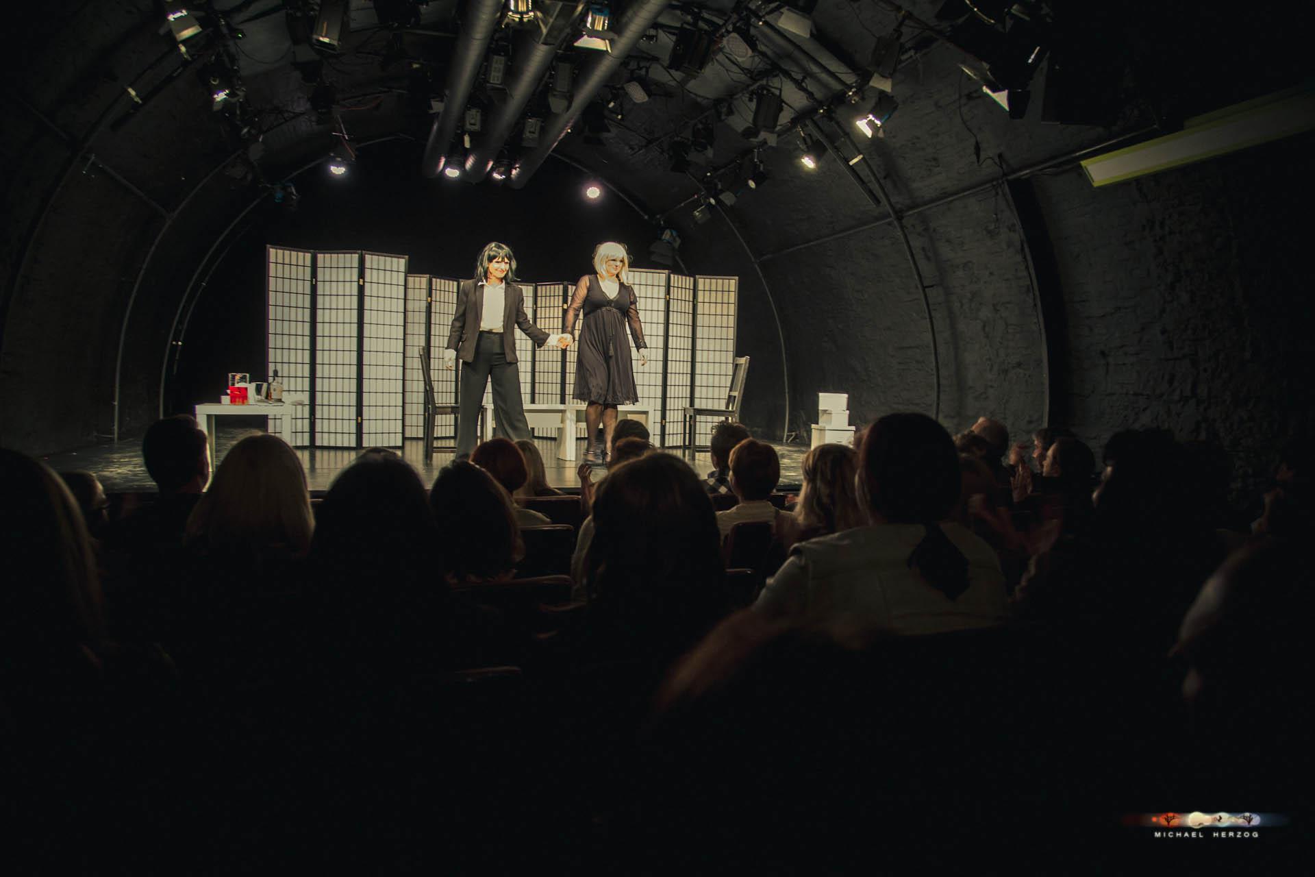 KleinesTheater_2Frauen1Leiche_April2018_MichaelHerzog-3845.jpg